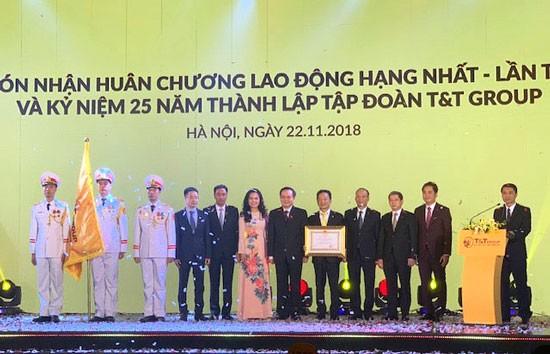 Thay mặt Đảng, Nhà nước, Ủy viên Trung ương Đảng, Phó Chủ tịch Quốc hội Phùng Quốc Hiển đã trao tặng Huân chương Lao động hạng Nhất lần thứ hai cho T&T Group.