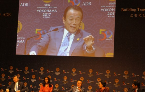 diễn giả đều mỉm cười trước câu nói của ông Aso