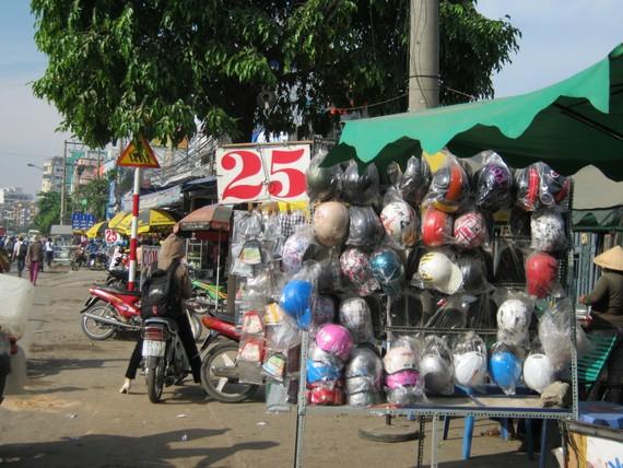 Mũ bảo hiểm kém chất lượng vẫn được bày bán tại TPHCM.
