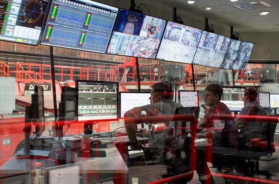 3 kỹ thuật viên tại nhà máy. Ảnh: Bloomberg