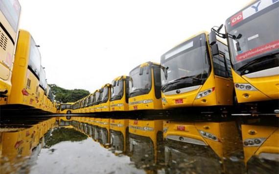 Những chiếc xe bus được Myanmar nhập khẩu từ Trung Quốc - Ảnh: Reuters.
