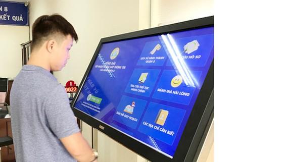 Người dân tra cứu thông tin quy hoạch điện tử tại UBND quận 8,                                  TPHCM                               Ảnh: KIỀU PHONG
