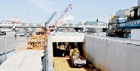 Đường hầm từ đường Trường Chinh đi vào nút giao thông An Sương                                                                Ảnh: THÀNH TRÍ