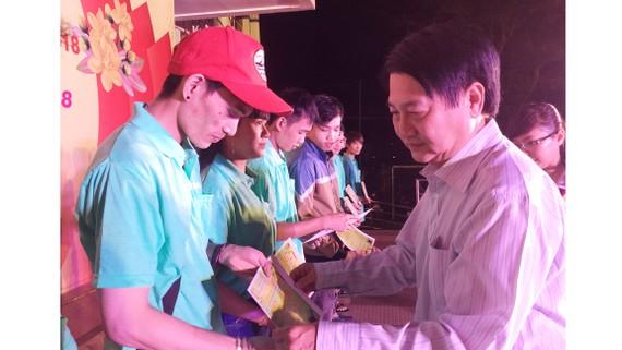 Niềm vui của công nhân khi nhận tấm vé nghĩa tình