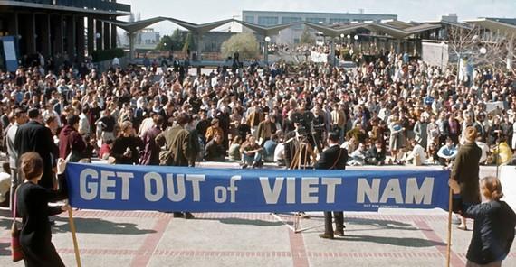 Nữ sinh của Đại học California - Berkeley (Mỹ) biểu tình phản đối chiến tranh Việt Nam năm 1968    Ảnh: History.com