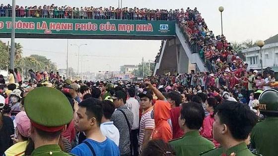 Công nhân Pouchen ngừng việc tập thể đổ ra Quốc lộ 1K gây kẹt cứng