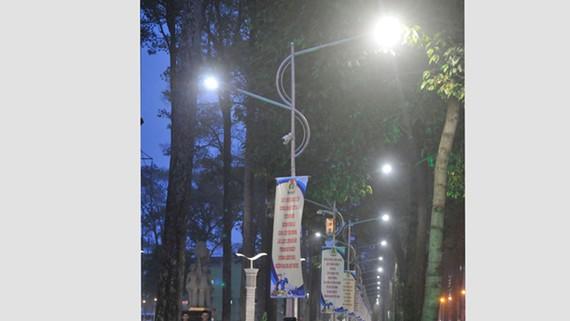 Sử dụng đèn LED để tiết kiệm điện               Ảnh: CAO THĂNG