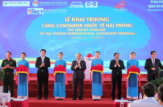 Thủ tướng Nguyễn Xuân Phúc cùng các đại biểu cắt băng khai trương Cảng container quốc tế Hải Phòng. Ảnh VGP