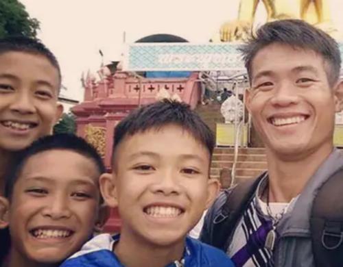 Huấn luyện viên Ekkapol Chantawong chụp ảnh cùng một số thành viên đội bóng Lợn Hoang. Ảnh: Twitter.