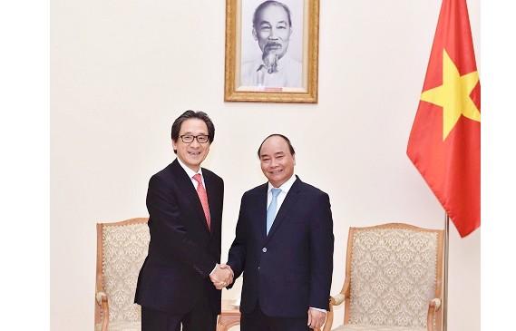 Thủ tướng Nguyễn Xuân Phúc và Chủ tịch Tổ chức Xúc tiến thương mại Nhật Bản (JETRO), ông Hiroyuki Ishige. Ảnh: VGP