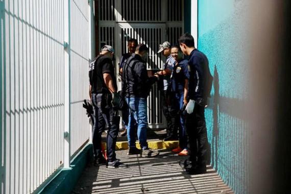 Lực lượng an ninh canh gác sau vụ ám sạt hụt Tổng thống Venezuela Nicolas Maduro. Ảnh: Reuters.