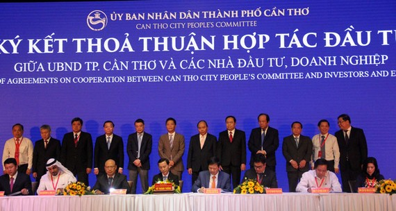 Các đại biểu ký kết hợp tác đầu tư với UBND thành phố Cần Thơ