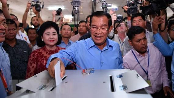 Thủ tướng Campuchia Samdech Techo Hun Sen thực hiện quyền bỏ phiếu vào sáng 29-7 tại tỉnh Kandal