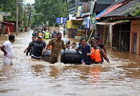 Người dân được sơ tán khỏi khu vực ngập lụt ở vùng Aluva, bang Kerala hôm 18-8 Ảnh: REUTERS