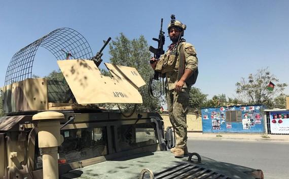 Một thành viên lực lượng an ninh Afghanistan giám sát hiện trường vụ tấn công ở Kabul ngày 21/8. Ảnh: REUTERS/Mohammad Ismail