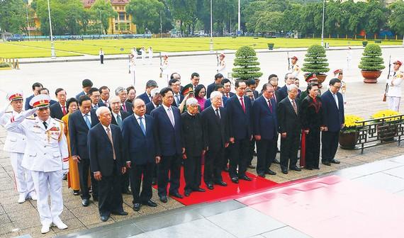 Đoàn đại biểu Đảng, Nhà nước đến đặt vòng hoa và vào Lăng viếng Chủ tịch Hồ Chí Minh            Ảnh: TTXVN Đoàn đại biểu Đảng, Nhà nước đến đặt vòng hoa và vào Lăng viếng Chủ tịch Hồ Chí Minh            Ảnh: TTXVN