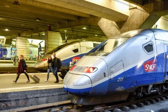 Hành khách tại nhà ga Montparnasse ở Paris ngày 2/4 vừa qua trong thời gian diễn ra đình công của nhân viên đường sắt. (Ảnh: THX/TTXVN)