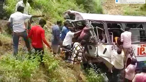 Tình nguyện viên kéo thi thể và nạn nhân bị thương ra khỏi xe buýt hôm 11-9. Ảnh: AP