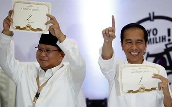 Đương kim Tổng thống Indonesia Joko Widodo (phải) và đối thủ Prabowo Subianto sẽ tranh cử Tổng thống vào năm sau. Ảnh: Reuters
