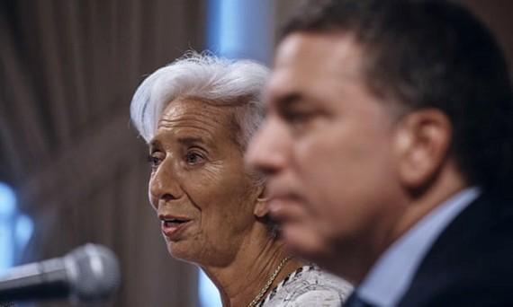 Giám đốc IMF Christine Lagarde (trái) và Bộ trưởng Kinh tế Argentina Nicolas Dujovne họp báo tại New York. Ảnh: AP.