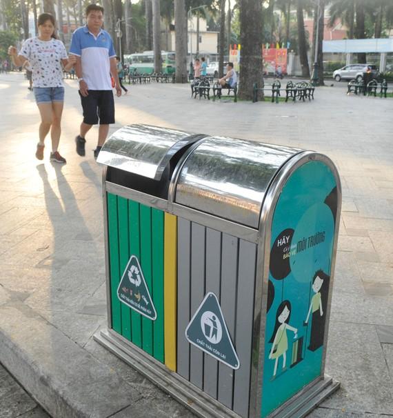 Thùng rác công cộng trong công viên Văn Lang   Ảnh: THÀNH TRÍ