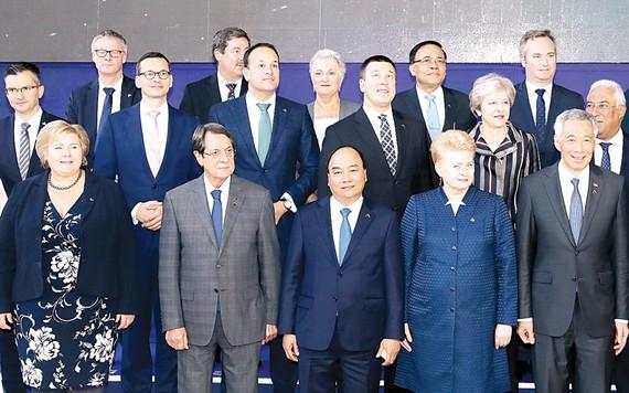 Thủ tướng Nguyễn Xuân Phúc và các Trưởng đoàn ASEM chụp ảnh chung tại phiên họp toàn thể thứ hai                     Ảnh: TTXVN