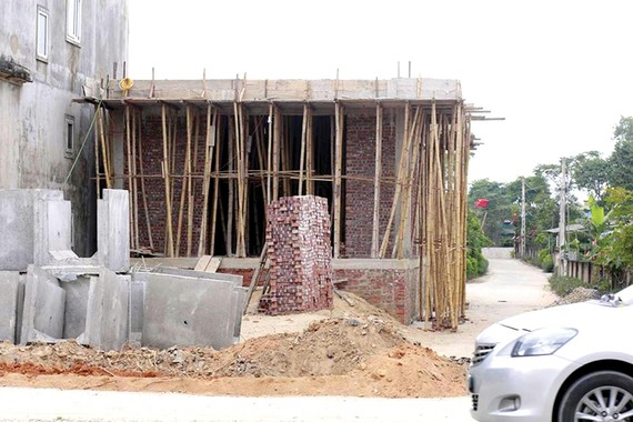 Bí thư Đảng ủy xã xây nhà vi phạm hành lang đường giao thông