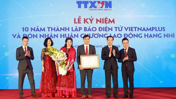 Trưởng Ban Tuyên giáo Trung ương Võ Văn Thưởng (thứ hai từ phải sang) trao tặng Huân chương Lao động hạng Nhì của Chủ tịch nước cho Báo Điện tử VietnamPlus. Ảnh: TTXVN