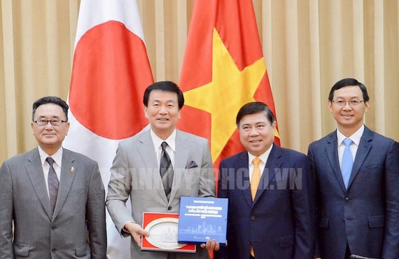 Chủ tịch UBND TPHCM Nguyễn Thành Phong tặng quà lưu niệm của TPHCM cho Thống đốc tỉnh Chiba, Nhật Bản Kensaku Morita. Ảnh:hcmcpv