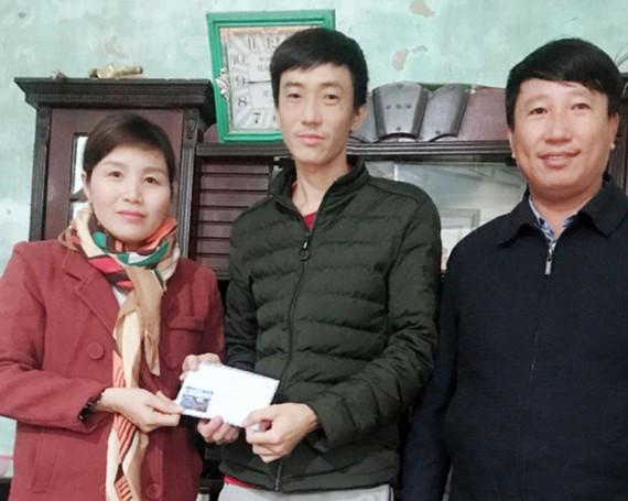 Báo SGGP trao 10,6 triệu đồng giúp nạn nhân Nguyễn Văn Khẩn