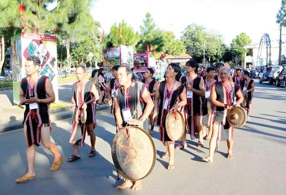 Biểu diễn cồng chiêng ở Festival Văn hóa cồng chiêng Tây Nguyên tại Gia Lai