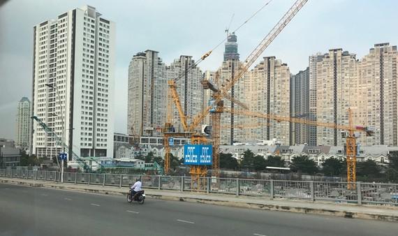 Công trình xây dựng tại các quận trung tâm đã gây áp lực lên hạ tầng kỹ thuật và xã hội                                                                                                                                         Ảnh: Huy Anh