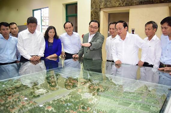 Bí thư Thành ủy Hà Nội Hoàng Trung Hải xem mô hình quy hoạch chi tiết Khu trung tâm chính trị Ba Đình tại Sở Quy hoạch- Kiến trúc Hà Nội. Ảnh: HNM