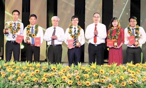 Bí thư Thành ủy TPHCM Nguyễn Thiện Nhân tuyên dương các tài năng trẻ  trong lĩnh vực KHCN                        Ảnh: HOÀNG HÙNG