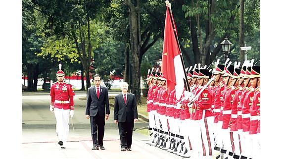 Tổng Bí thư Nguyễn Phú Trọng và Tổng thống Indonesia Joko Widodo duyệt đội danh dự tại lễ đón