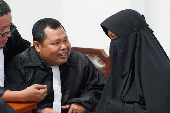 Luật sư Kamsi và cộng sự cùng Dian Yulia Novi trong phiên xửa tại Tòa án Đông Jakarta ngày 25-8-2017. Ảnh: ABC NEWS