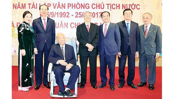 Chủ tịch nước Trần Đại Quang và Phu nhân với các đồng chí nguyên Chủ tịch nước: Lê Đức Anh, Trần Đức Lương, Trương Tấn Sang cùng lãnh đạo, nguyên lãnh đạo Văn phòng Chủ tịch nước