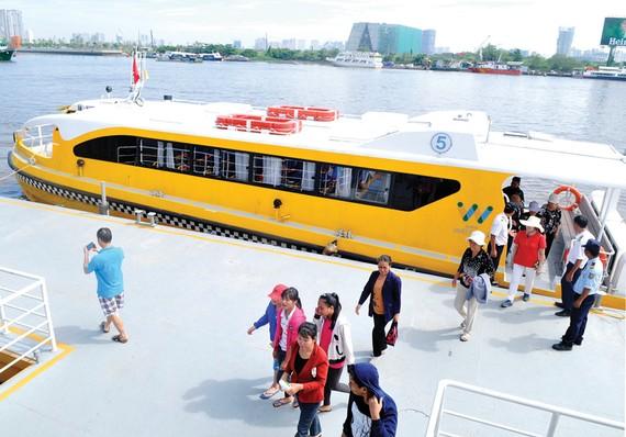 Buýt đường thủy hoạt động tuyến bến Bạch Đằng - Linh Đông. Ảnh: CAO THĂNG