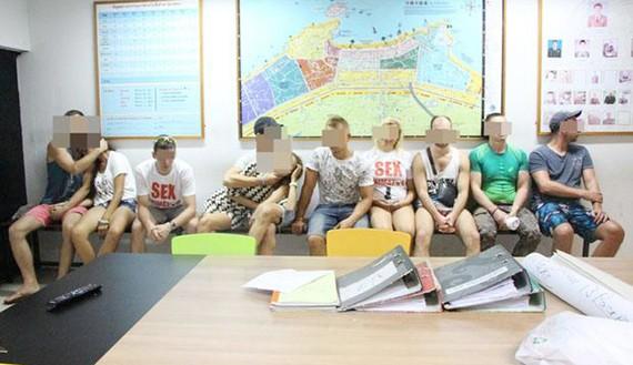 """Các """"giảng viên tình dục"""" người Nga tại đồn cảnh sát Pattaya, Thái Lan, ngày 26-2-2018. Ảnh: BKP"""