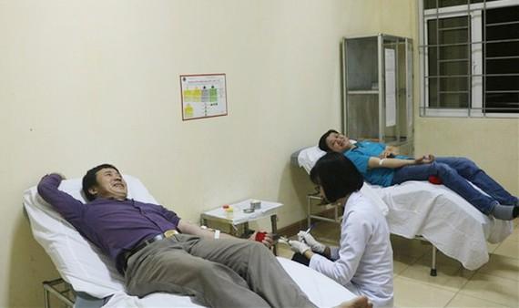 Hai người đàn ông vượt 200km từ Quảng Bình ra Hà Tĩnh cứu người. Ảnh: VTV