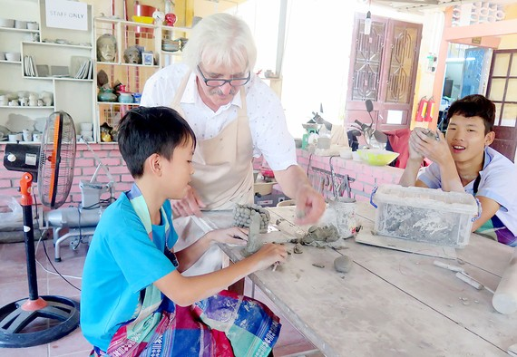 Nghệ nhân Oliver Oet truyền dạy kỹ năng làm gốm Raku cho trẻ khuyết tật tại Trung tâm Hy Vọng