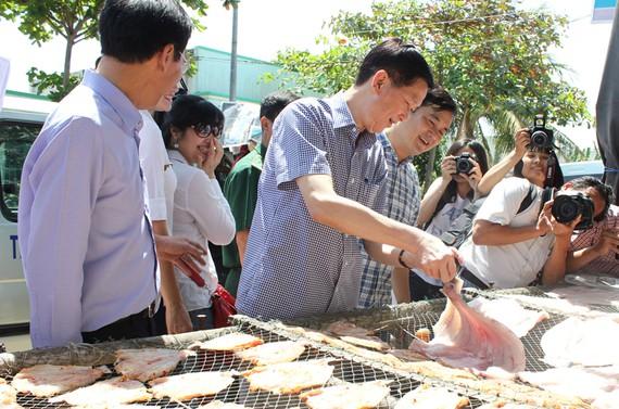 Đoàn lãnh đạo TPHCM thăm một cơ sở chuyên sản xuất, kinh doanh khô cá đặc sản tại huyện Cần Giờ, TPHCM