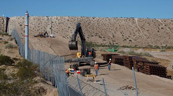 Một phần đường biên giới Mỹ-Mexico hiện được chia cắt bởi hàng rào thép. Ảnh minh họa: REUTERS