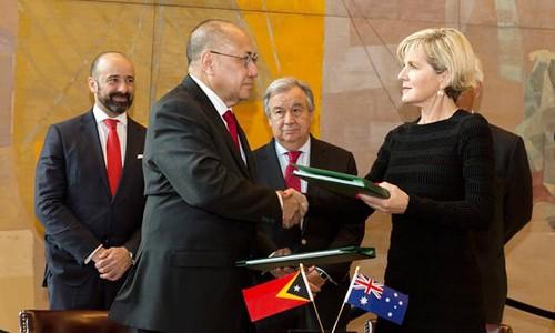 Ngoại trưởng Australia Julie Bishop (phải) cùng với Quốc vụ khanh phụ trách vấn đề phân định biên giới của Timor Leste Agio Pereira. Ảnh: Xinhua