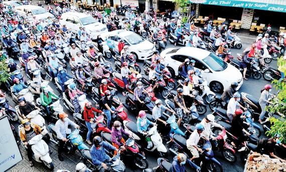 Phương tiện giao thông cá nhân, một trong những nguồn phát thải ô nhiễm không khí. Ảnh: THÀNH TRÍ