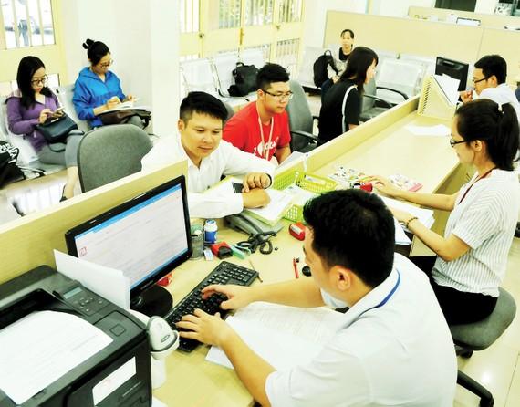 Giải quyết hồ sơ thành lập doanh nghiệp tại Sở Kế hoạch và Đầu tư TPHCM. Ảnh: CAO THĂNG