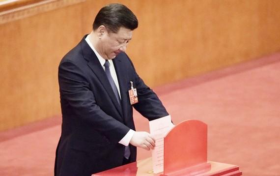 Chủ tịch Trung Quốc Tập Cận Bình bỏ phiếu tại phiên họp toàn thể thứ 3, Kỳ họp thứ nhất Quốc hội Trung Quốc khóa XIII ở Bắc Kinh ngày 11-3. (Nguồn: THX/TTXVN)