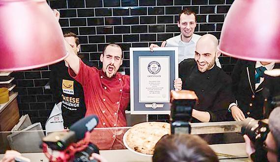 Chiếc bánh pizza nhiều phô mai nhất thế giới