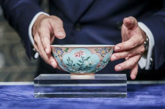 ChIếc chén của hoàng đế Khang Hy được bán đấu giá 30,4 triệu USD tại nhà Sotheby's ở Hong Kong (Trung Quốc) ngày 3-4-2018