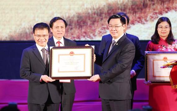 Phó Thủ tướng Vương Đình Huệ trao Quyết định của Thủ tướng Chính phủ công nhận các huyện đạt chuẩn nông thôn mới. - Ảnh: VGP
